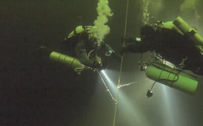 Dos buzos rusos completaron la inmersión bajo hielo más profunda del mundo