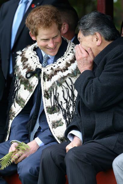 Y de acuerdo con la tradición Maori, fue embestido con una capa de plumas.