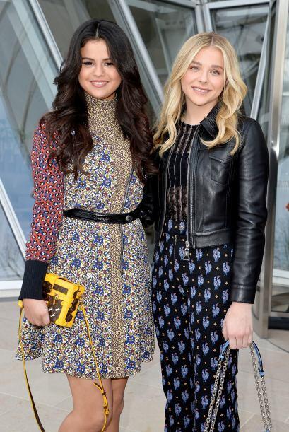 El bolso tipo cartera de Selena destacó por su color llamativo.