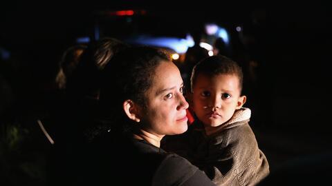 Jamie Gonzales, 26, y su hijo José Manuel, 4, de El Salvador, des...