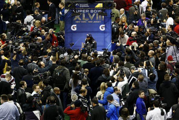 Los medios de comunicación se amontonaron con la aparición de la estrell...