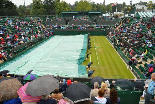 La lluvia volvió a hacer de las suyas en Wimbledon y tuvieron que...