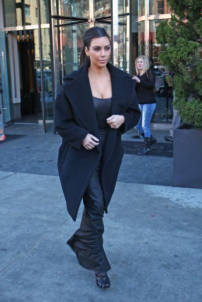 Kim lució sus curvas toda vertida de negro. Más videos de...
