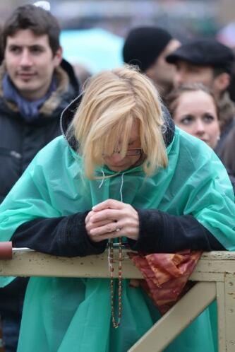 En tanto, los fieles lucían decepcionados de no ver aún en el balcón al...