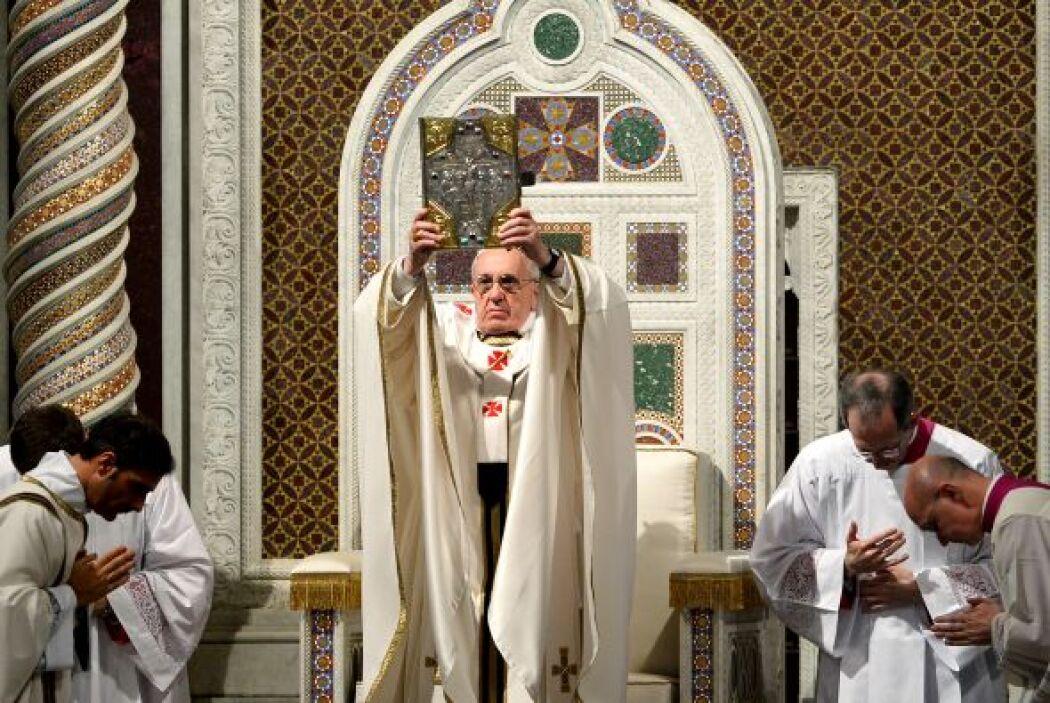 La ceremonia fue precedida por la dedicatoria a Juan Pablo II de una pla...
