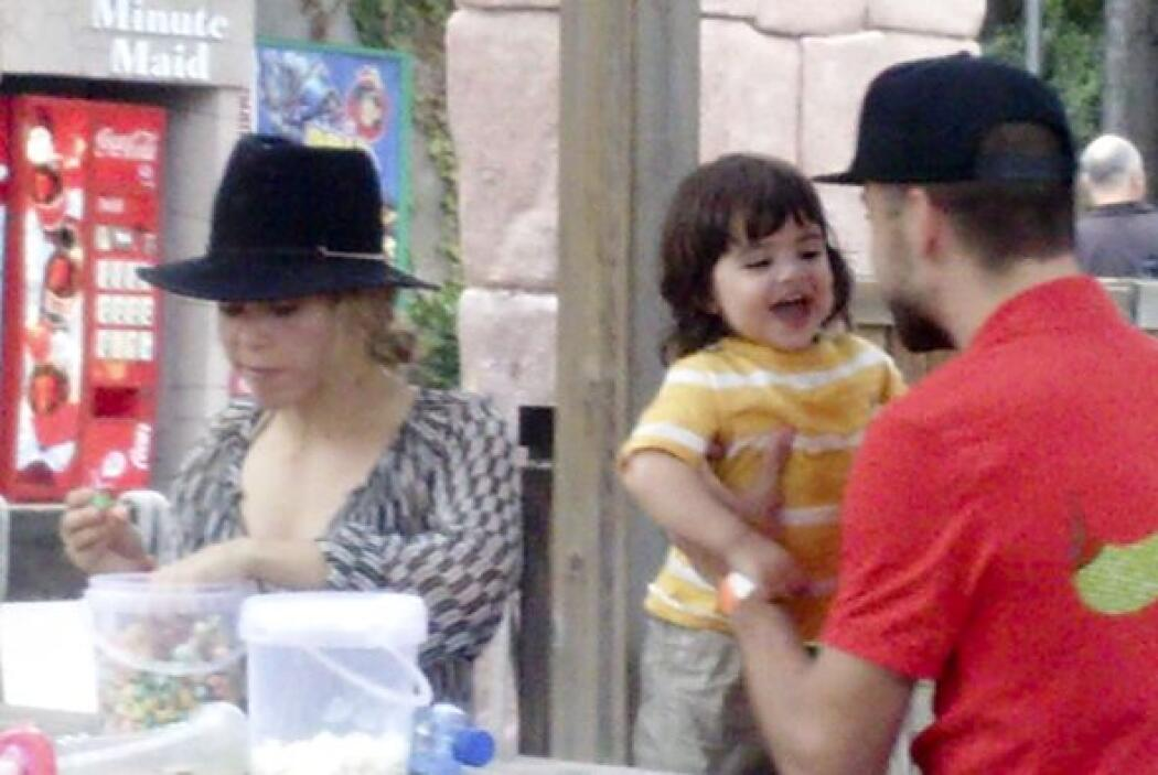 Mientras Shakira calmaba su apetito, papi e hijo no paraban de jugar.