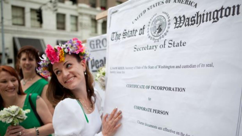 Angela Vogel con el certificado de matrimonio durante la ceremonia de su...