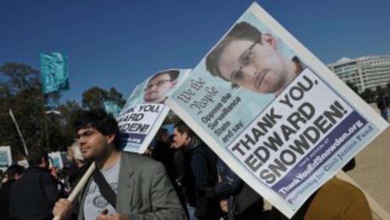 Simpatizantes de Snowden durante una protesta frente al edificio del Con...