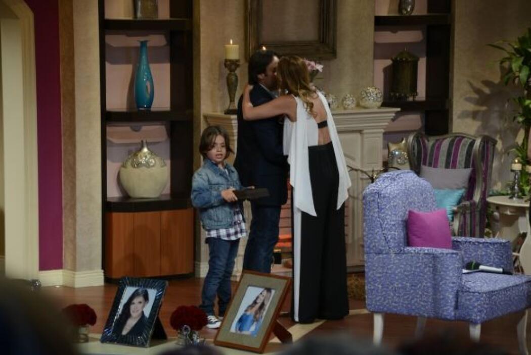 Pronto tocó el turno de que el esposo de Luz Elena González apareciera,...