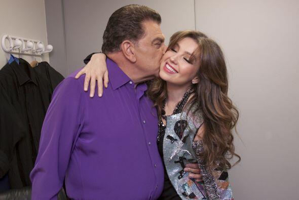 con un gran beso, pues conoce a Thalía desde que comenzó su carrera.