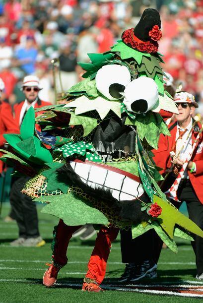La mascota de la banda 'The Stanford Cardinal' casi pierde el equilibrio...