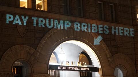 El mensaje fue proyectado frente al Hotel Trump la noche del lunes.