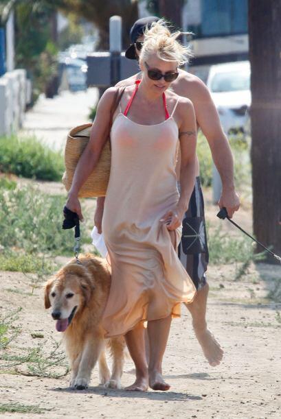 ¡Pamela Anderson derrocha amor por su mascota y carga con ella inc...