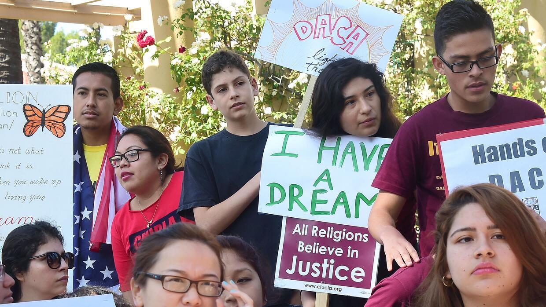 Desde que DACA entró en vigor, 728,285 jóvenes indocumentados han sido a...