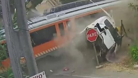 El impacto de un tren parte un camión por la mitad y dos personas pierde...