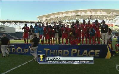 Panamá recibe la medalla de tercer lugar de la Copa Oro