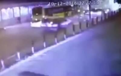 Cámara de seguridad capta el momento de la explosión del coche bomba en...