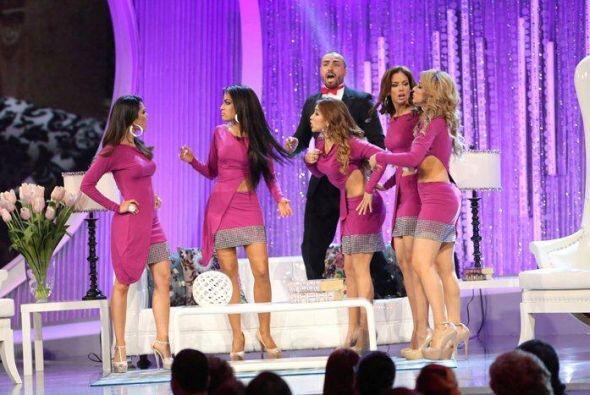 En esta interpretación, también aparecieron las otras cuatro finalistas.