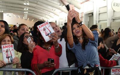 Omar y Argelia tuvieron una firma de libros y se tomaron fotos con sus f...