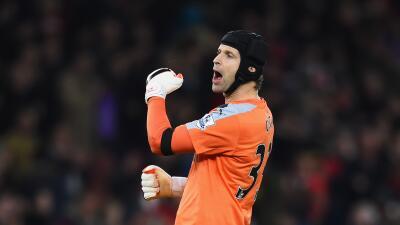Victoria de los 'gunners' en partido histórico para Petr Cech