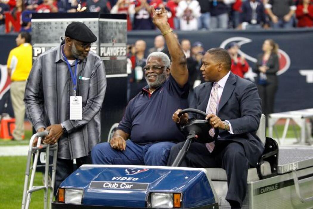 El ex corredor de los Houston Oilers Earl Campbell, estuvo presente en e...