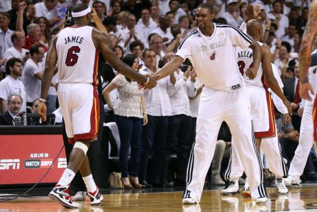 LeBron James derrotó por primera vez en seis ocasiones a los Spurs en un...