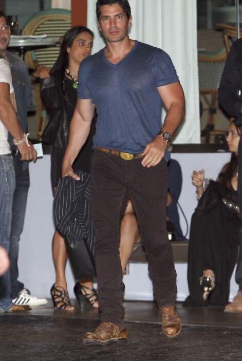 Eduardo Verástegui lució muy casual, con una playera azul y pantalones c...