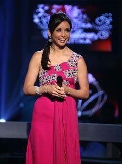 Hugo Espina diseñó este traje rosa de un hombro con apliques brillantes.