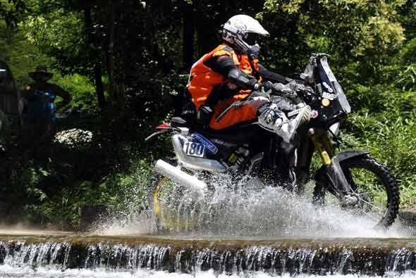 Emmanuel Sulemm del equipo KTM, pasó el río crecido a toda velocidad par...