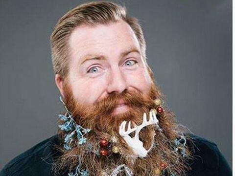 Luces, estrellitas y hasta los caribús adornan las barbas de esto...