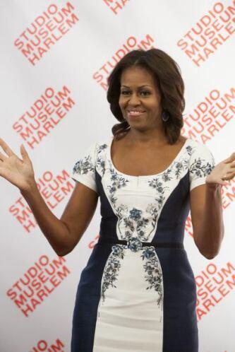 Michelle Obama lució un lindo vestido azul y blanco adornado con un esta...