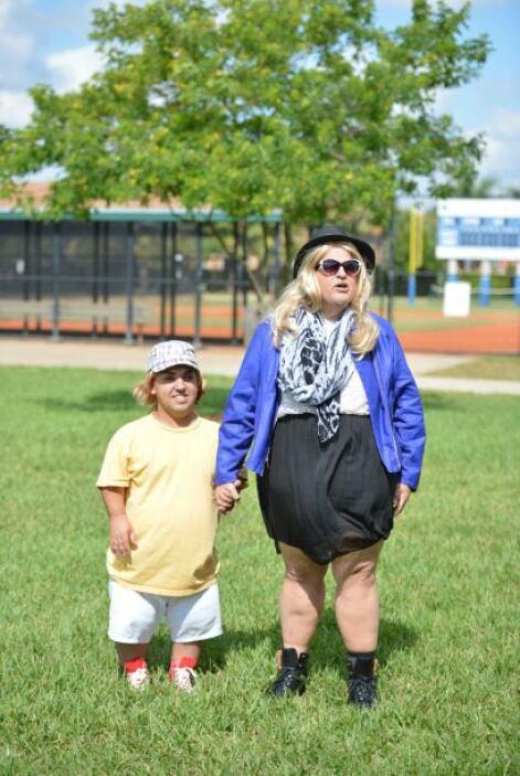 Elegante, glamurosa y muy femenina, Gordina fue a recoger a su hijo al p...