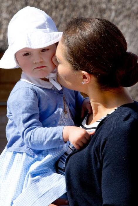 La niña, vestida con una rebeca azul y un sombrero que la protegía del s...