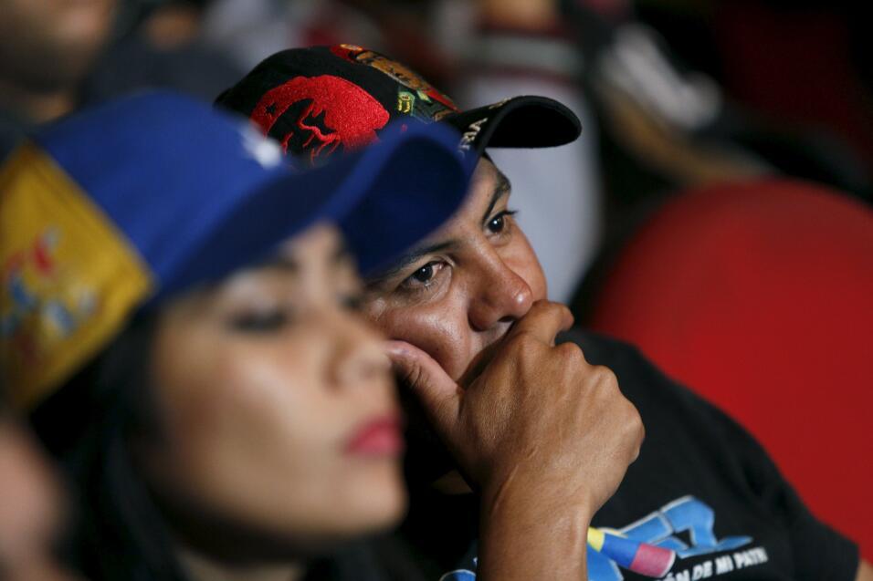 Derrota y decepción en las caras de votantes del chavismo