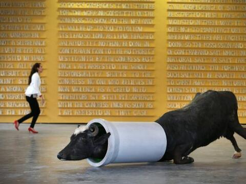 "La escultura de Huma Mulji titulada ""Su sueño Suburan"" se muestra delant..."