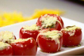 TOMATITOS RELLENOS DE PESTO:  Estos tomatitos son la botana perfecta par...