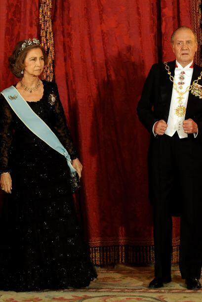 Juan Carlos de España y su esposa asisten a una cena de gala en honor a...