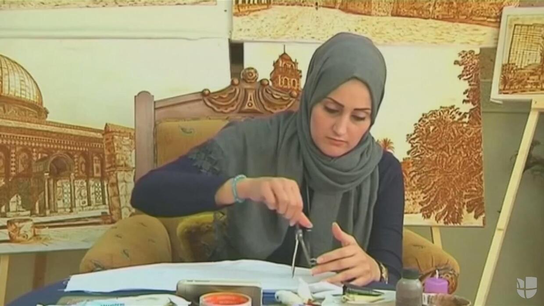 Pintora de Gaza hace arte con henna