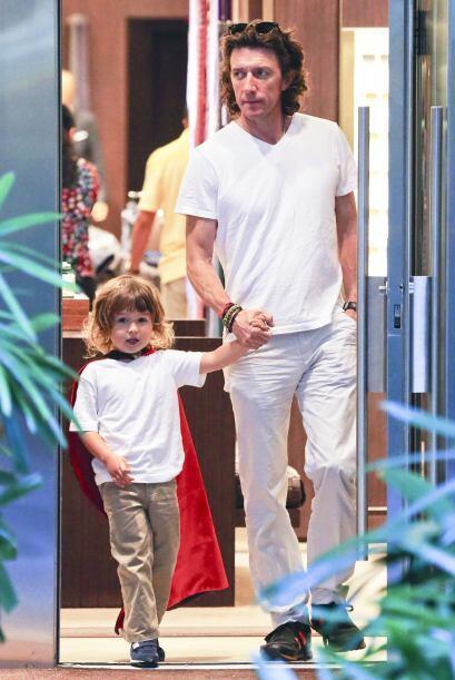 Después, Colate tomó a su hijo de la mano para pasear por la plaza.