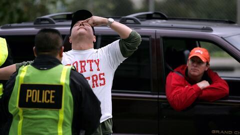 Automovilista es sometido a prueba de sobriedad en retén polic&ia...