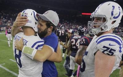 Johnson atrapó dos pases de touchdown de Matt Hasselbeck, incluido uno d...