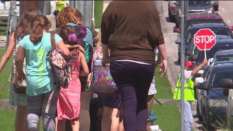 Una niña de 8 años lleva un arma en su mochila a una escuela de New Brau...