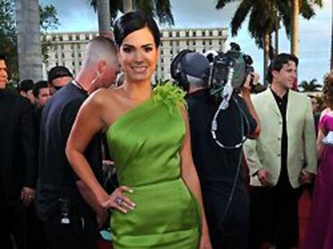 Scarlett Ortiz mostró su elegancia con este lindo vestido en color verde...