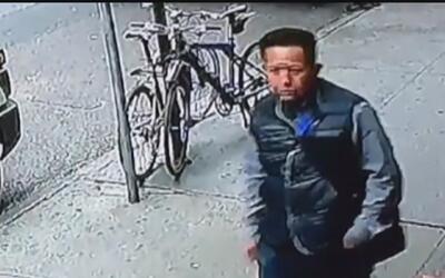 Hombre fue captado en cámara mientras robaba una cubeta con copos de oro