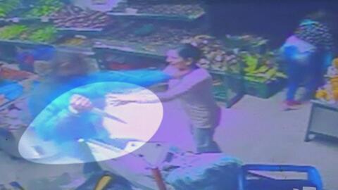 Policía mata a puñaladas a su esposa embarazada en medio de un supermerc...