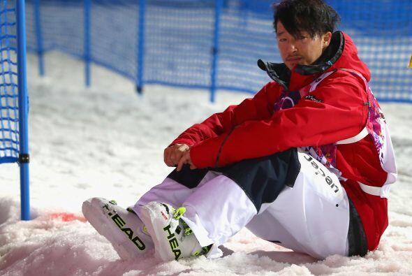 El japonés Sho Endo se ve abatido después de haber sido el...