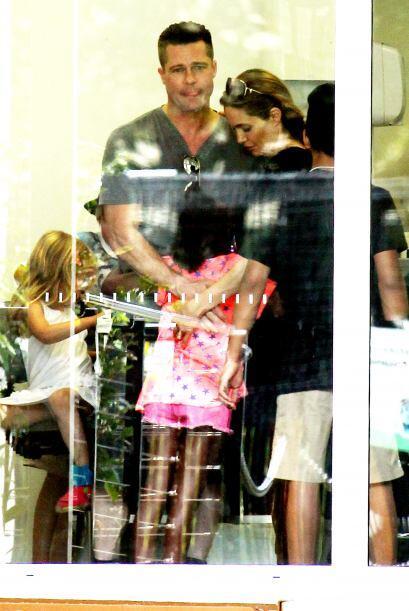 Brad y Angelina abrazando a la pequeña Zahara. Mira aquí l...