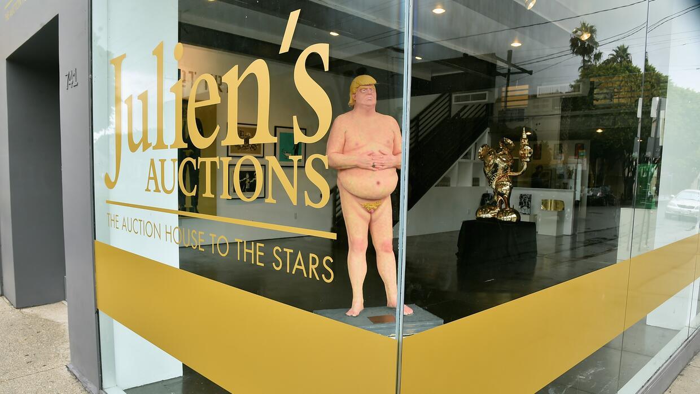 Una de las estatuas desnudas de Donald Trump expuestas en la vitrina de...