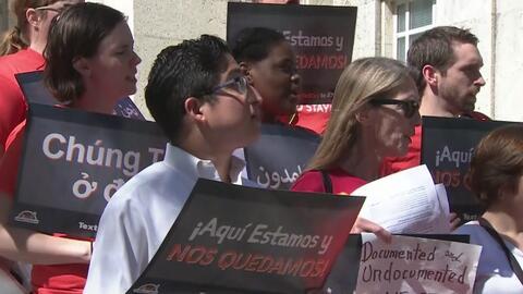 """Bajo el lema """"Cantando todos somos inmigrantes"""", manifestantes se planta..."""