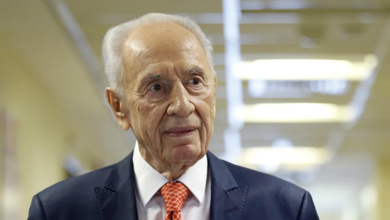 El expresidente israelí Shimon Peres al salir de un hospital cerca de Te...